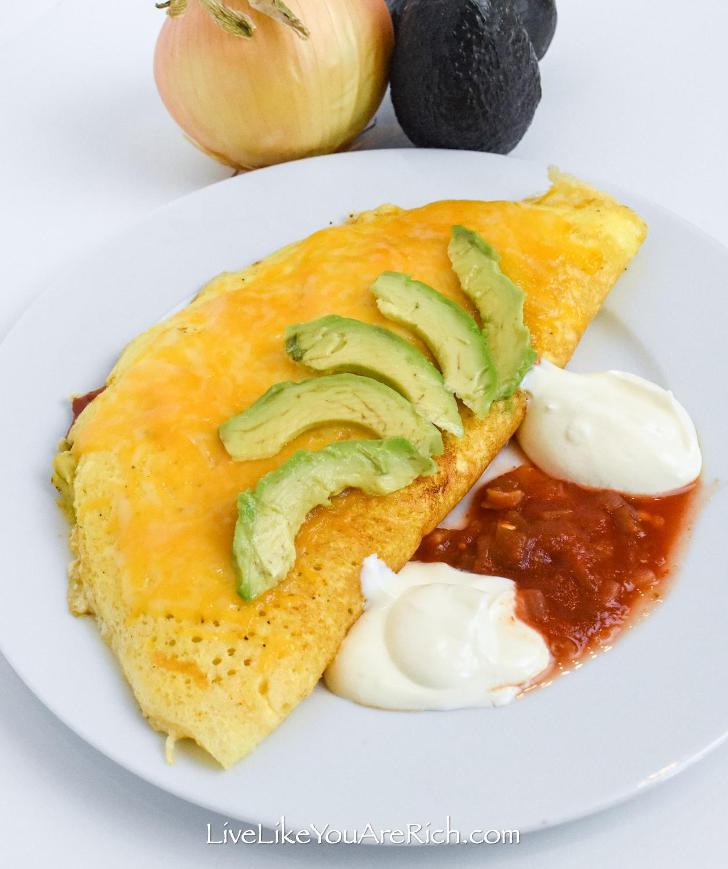 Omelett im Restaurantstil auf einem Teller